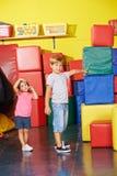 Enfants se tenant dans le gymnase préscolaire Photographie stock