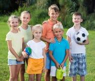 Enfants se tenant dehors le jour ensoleillé Images stock