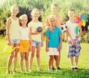 Enfants se tenant dehors le jour ensoleillé Image libre de droits