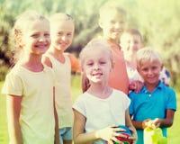 Enfants se tenant dehors le jour ensoleillé Photo stock