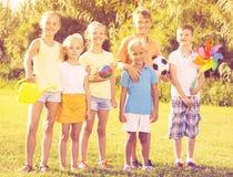 Enfants se tenant dehors le jour ensoleillé Photos stock