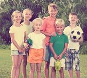 Enfants se tenant dehors le jour ensoleillé Image stock