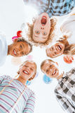 Enfants se tenant en cercle Photo stock