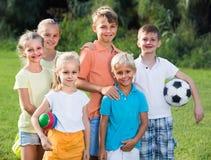 Enfants se tenant en parc Image libre de droits