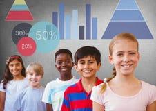 enfants se tenant sous des diagrammes de statistique avec le fond gris vide Photographie stock