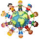 Enfants se tenant sur le globe Images stock