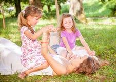 Enfants se trouvant sur l'herbe verte à l'extérieur Image libre de droits