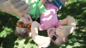 Enfants se trouvant sur la terre et faire des gestes banque de vidéos