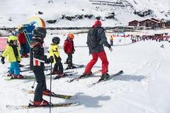 Enfants skiant dans une école de ski de l'Autriche Images stock