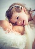 Enfants soeur et bébé nouveau-né de frère sur une lumière Photo stock