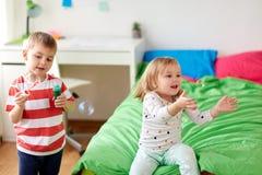 Enfants soufflant des bulles de savon et jouant à la maison Photo libre de droits