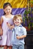 Enfants souriant dans le jardin d'enfants photos libres de droits