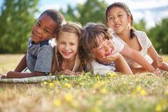 Enfants souriant et ayant l'amusement images libres de droits