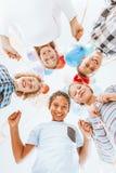 Enfants souriant et tenant des ballons Images stock