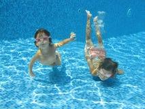 Enfants sous-marins Images libres de droits