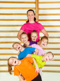 Enfants sportifs heureux avec l'entraîneur Image libre de droits