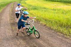 Enfants sportifs marchant vers le haut avec des vélos Photo libre de droits