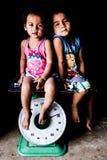Enfants sur des échelles photos libres de droits