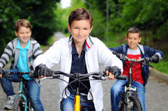 Enfants sur des bicyclettes Photos libres de droits