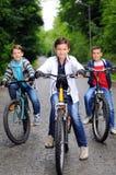 Enfants sur des bicyclettes Image libre de droits