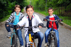 Enfants sur des bicyclettes Photographie stock libre de droits