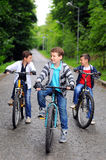 Enfants sur des bicyclettes Photos stock