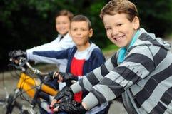 Enfants sur des bicyclettes Photo libre de droits