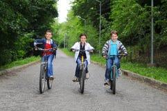 Enfants sur des bicyclettes Images libres de droits