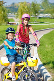 Enfants sur des vélos Photographie stock