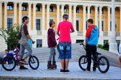 Enfants sur des vélos et des patins de BMX Image stock