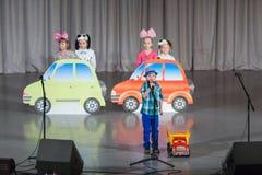 Enfants sur l'étape avec des voitures de jouet Photos stock