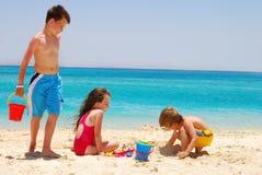 Enfants sur l'île de désert Images libres de droits