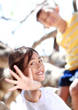 Enfants sur l'arbre photos stock