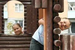 Enfants sur l'au sol de l'enfant dans une cour à la maison Images stock