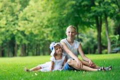 Enfants sur l'herbe image libre de droits