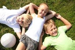 Enfants sur l'herbe Images libres de droits
