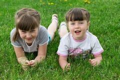 enfants sur l'herbe Photo stock