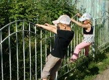 Enfants sur la barrière Photographie stock libre de droits