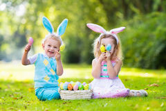 Enfants sur la chasse à oeuf de pâques Photo stock