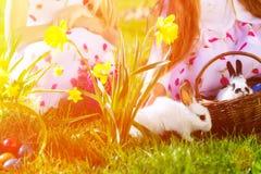 Enfants sur la chasse à oeuf de pâques avec le lapin photo libre de droits