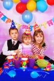 Enfants sur la fête d'anniversaire Photographie stock libre de droits