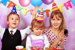 Enfants sur la fête d'anniversaire Image libre de droits