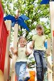 Enfants sur la glissière extérieure en stationnement. Images libres de droits