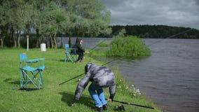 Enfants sur la pêche Repos sur le lac banque de vidéos