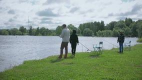 Enfants sur la pêche Repos sur le lac clips vidéos