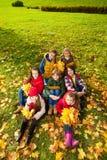 Enfants sur la pelouse d'automne Image stock