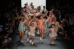 Enfants sur la piste chez Vicky Zhang Parent Child Collection S/S 2017 Images stock