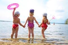 Enfants sur la plage Images libres de droits