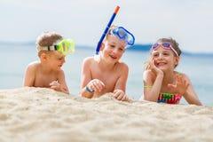 Enfants sur la plage Photo stock