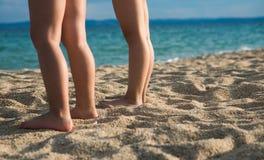 Enfants sur la plage sablonneuse images stock